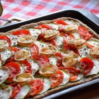 Knusprige Zucchini-Tomatentarte mit Ziegenkäse